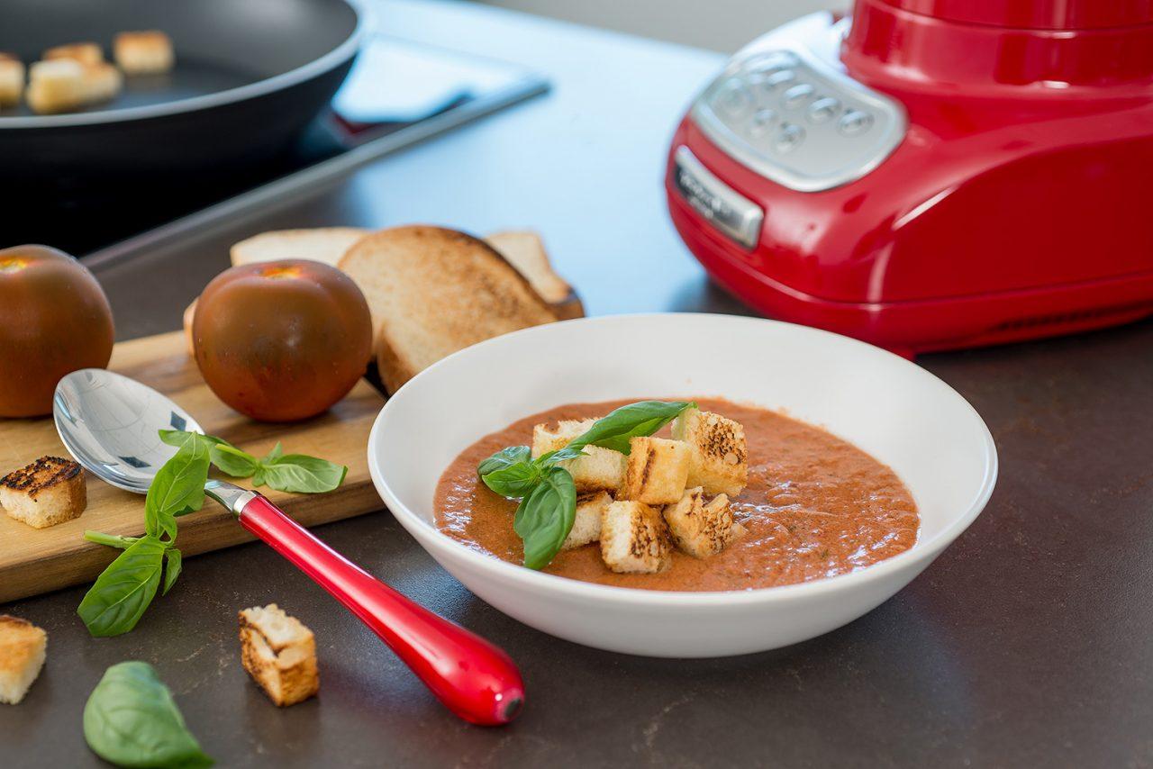 zuppa fredda di pomodori e basilico