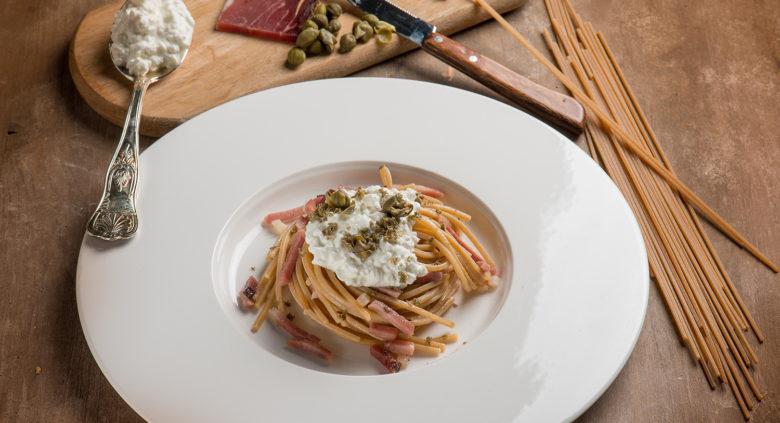 Spaghetti con speck e fiocchi di latte