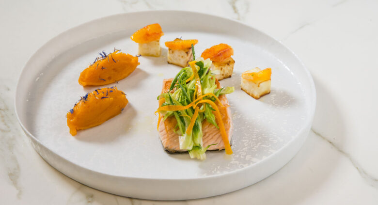 filetto di salmone con sedano rapa arrostito